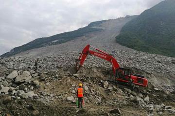 大型应急救援专业设备在茂县垮塌核心区全力救援