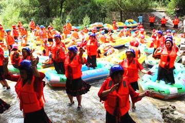 游客组团漂流遭堵 水中跳广场舞解闷