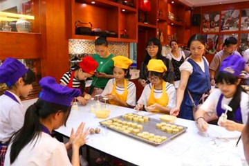 临近中秋 广西学生做月饼感受传统制饼文化