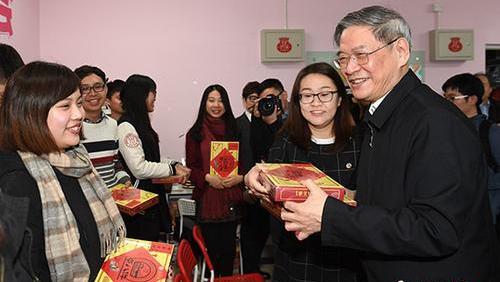 每逢佳节倍思亲 张志军走访大陆台湾师生:回家的票买好了吗