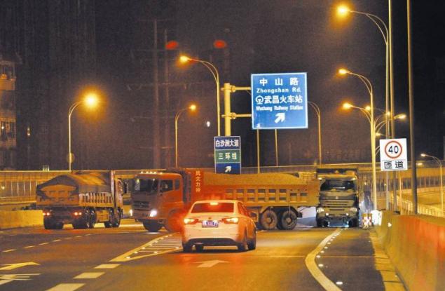 河南一警车在北京逆行遭罚 驾车民警疑似辱骂他人