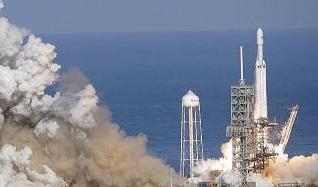 SpaceX发射猎鹰重型火箭