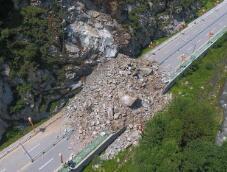 山西五台山景区发生山体崩塌