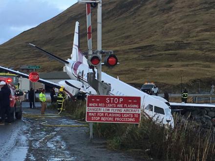 美國一架客機在阿拉斯加州沖出跑道致1人死亡