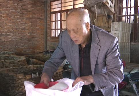 八旬老人黄茂珠几十年来亲手腌制咸菜,熟悉的味道让人不得不爱