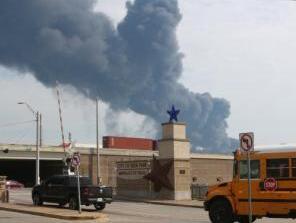 休斯敦化学工厂火势延烧 美德州扩大空气质量监测