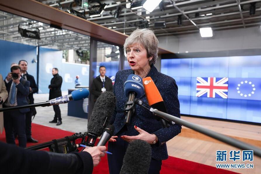 """百万人游行反对""""脱欧"""" 英国首相或遭逼宫"""