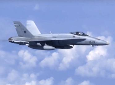 惊险一刻!两跳伞员英格兰上空险与美军战机相撞