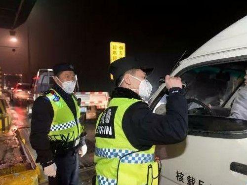 武汉要求公共场合必须戴口罩,排查所有进出城车辆及人员